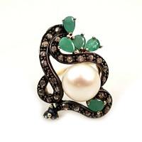 Prsten se smaragdy, safíry, diamanty a perlou