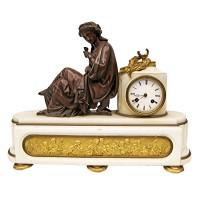 Hodiny s bronzovou sochou ženy
